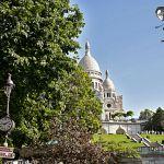Le Sacré-Cœur domine la colline de Montmartre et joue à cache-cache avec les arbre.