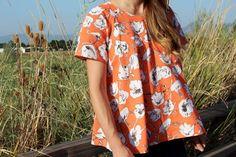 Cette blouse est adorable pour passer de l'été à l'automne : elle est évasée, tombe juste au niveau des hanches et l'encolure est ronde. Son originalité tient de ses manches, raglan (on ne les voit pas très bien sur la photo). Elle est inspirée d'un modèle d'Anthropologie. Vous pourrez la confectionner dans une jolie popeline unie ou imprimée.