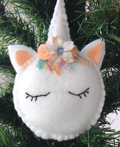 Kijk wat ik gevonden heb op Freubelweb.nl: een gratis werkbeschrijving van Sum of their stories om deze leuke eenhoorn kerstbal te maken https://www.freubelweb.nl/freubel-zelf/zelf-maken-van-vilt-eenhoorn/