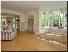 Mooie grote moderne spiegel in het zilver in de woonkamer op de grond.