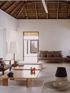 Decorado con un claro espíritu contemporáneo y europeo. Espacios diáfanos, mobiliario de líneas depuradas, tonos blancos, beis, arena... para los revestimientos