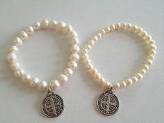 Bonita pulsera elaborada en perlas de rió y la medalla de San Benito $28 pesos