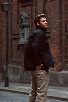 Trends: Lightweight Quilted jacket over khaki chinos. You are in the right place about Equestrian Fashion inspiration Here we offer you the most beautiful p Marlboro Classics, Modern Hepburn, Vintage Hipster, Le Male, Norse Projects, Equestrian Style, Equestrian Fashion, Sharp Dressed Man, Quilted Jacket