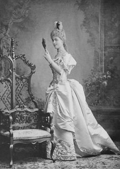 Daisy, Princess of Pless in fancy dress costume for the Bal Poudre at Warwick Castle. 1800s Fashion, Victorian Fashion, Vintage Fashion, History Of Photography, Vintage Photography, Fashion Photography, Victorian Fancy Dress, Victorian Era, Victorian Costume