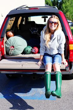 perfect camping outfit - need some boots like that! Green Hunter Boots, Hunter Boots Outfit, Hunter Rain Boots, Outdoorsy Style, Rain Boots Fashion, Blonde Fashion, Camping Outfits, Fashion Story, Fashion Pictures
