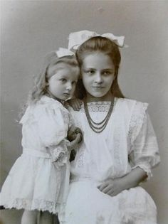 Pretty GIRL Lovely DRESS Affection POSE w CHILD Superb Old CABINET PHOTO c1905