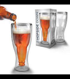 Un verre à bière renfermant un goulot de bouteille