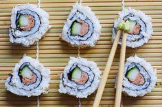 Heute geht es in unserem Sushi-Rezept Schritt-für-Schritt um die beliebten Inside-Out-Rolls und es kommt Thunfisch zum Einsatz.