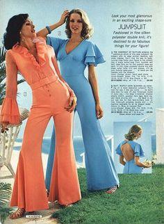 Moda en 1974. Aunque había tendencias más discretas en la moda femenina de los 70, los monos de colores vivos y acampanados, triunfaban ese año