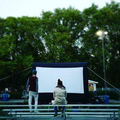 Ce soir au parc du MNBAQ le festival continue par la plus belle soirée au @quartierartsquebec!  #outdoorscreens #outdoorcinema #FCVQ #festival #québec #quebeccity #quebec #potd #quartiermontcalm #hitchcock #qcaccent #qc #funatwork #joy #cinema #cinephile #QcPower