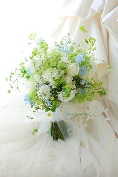 安藤記念教会様へのブーケでした。装花のお写真はこちらです。ではおつかれさまでしたーーーいろいろ追い付かないーーーがんばれーー1DAY単発レッスンのご案内プ... Wedding Flower Arrangements, Wedding Bouquets, Wedding Flowers, Nosegay, Blue Bouquet, Green Wedding, Beautiful Bouquets, Table Decorations, Bride