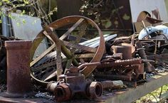 Thinking of de-cluttering and throwing that scrap metal of yours? Why not take a look at local scrap yards instead? Scrap metals can be traded in for cash. Here is everything you need to know in order to Yard Waste Removal, Junk Removal, Make Money From Home, Way To Make Money, How To Make, Sell Your Stuff, Things To Sell, Bandsaw Mill, Where To Sell