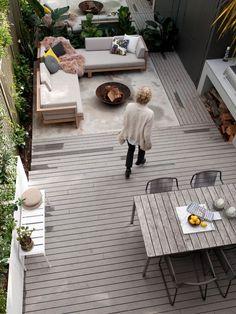 terrassengestaltungsideen graue holzdielen offene feuerstelle lounge essbereich