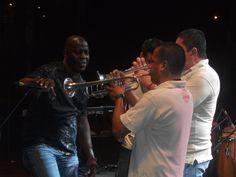 Los trompetistas haciendo un solo espectacular.