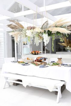 🌟Tante S!fr@ loves this📌🌟Three Birds Renovations - Christmas at Bonnies - House 8 White Chair Covers, Three Birds Renovations, Interior And Exterior, Interior Design, Room Interior, Cottage Wedding, Decoration Plante, Christmas Table Settings, Patio
