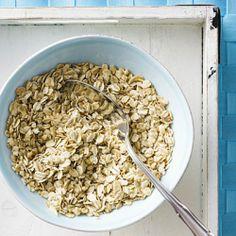 Топ-11 продуктов для похудения Овсянка улучшает обменные процессы и способствует сжиганию жира. А кроме этого, если ты будешь употреблять овсянку на завтрак, сможешь надолго забыть о голоде.
