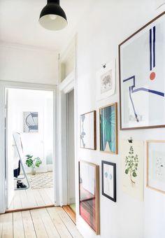 Gang med værker fra gulv til loft Gallery wall with abstract art in hallway Paris Bedroom, Bedroom Decor, Wall Decor, Victorian Bedroom, California Homes, My Living Room, Interior Inspiration, Decoration, Sweet Home
