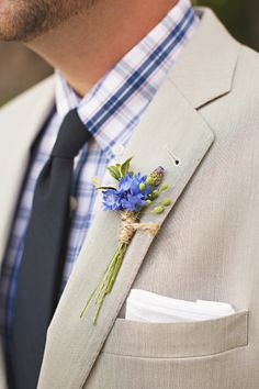 mi piace, ma con un altro tipo di chiusura! Blue boutonniere // photo by Saleina Marie Photography