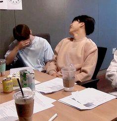 #wattpad #fanfic Mesmo depois de quatro anos, Jungkook não perdeu o hábito de mandar mensagens anônimas para Jimin.  Iniciada: 26/06/16« Primeira temporada: Tinder«