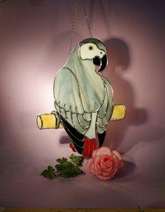 Vitraux Suncatcher perroquet gris 637 par StainedGlassbyWalter