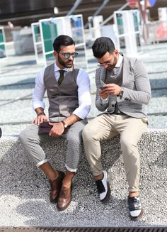 Florence's Pitti Uomo Street style C/o: Lee Oliveira via The New York Times File… Gentleman Mode, Gentleman Style, Dapper Gentleman, Mode Masculine, Sharp Dressed Man, Well Dressed Men, Suit Up, Mens Fashion, Fashion Outfits