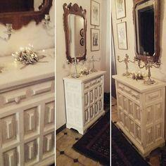 L'immagine può contenere: spazio al chiuso Shabby Chic Colors, Vanity, Dressing Tables, Powder Room, Vanity Set, Single Vanities, Vanities, Dresser To Vanity, Wash Stand