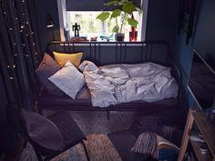 Ein animiertes GIF zeigt FYRESDAL Tagesbett in Schwarz voll ausgezogen