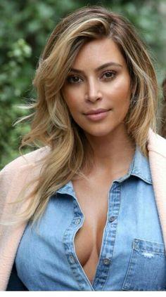 Kim Kardashian Blonde Hair - Wavy Blonde Streaks in Paris - Ombre Hair - Kim Kardashian New Hair Blonde 5 Balayage Hair, Ombre Hair, Wavy Hair, New Hair, Honey Balayage, Messy Hair, Hair Cut, Blonde Streaks, Brown Blonde Hair