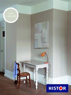 Een vlak op de muur, maar dan groter én over een paar wanden. Wij kleurden ook het tafeltje mee, een knipoog in dit interieur.