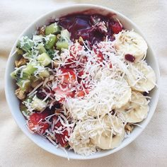 Tropical açai bowl (w/ extra dates) yes please NEW what I eat video is up on my YouTube 'tess begg' #vegan