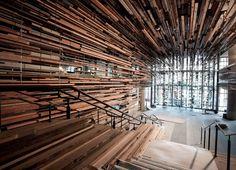 L'équipe du cabinet australien March Studio est en train de terminer les travaux de cet incroyable escalier intérieur et de l'entrée du bâtiment Nishi à Canberra, en Australie. Nishi est présenté comme un « bâtiment comprenant des appartements durables et à usage mixte ». La cage d'escalier et le plafond sont construits à partir de milliers de planches de bois de récup', prises de vieilles maisons à l'abandon, ainsi que des vestiges de l'ancien site de construction du bâtiment Nishi…