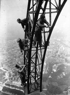 La peinture de la Tour Eiffel En 1932, des ouvriers peignent la Tour Eiffel à Paris. Construite pour l'Exposition Universelle de Paris de 1889, la tour s'est offert de nombreux rafraîchissements depuis cette date. Elle est le second monument le plus visité en France après Notre Dame de Paris.