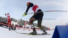 El vencedor Johannes Rydzek y el segundo clasificado, Akito Watabe en acción en los10km de esquí nórdico en una prueba del Campeonato del Mundo en Finlandia.