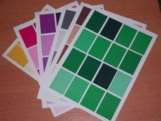 Les boîtes de couleur sont au nombre de trois. La première contient 3 paires de tablettes, correspondant aux trois couleurs primaires : 2 tablettes rouge, 2 jaune, 2 bleues. La deuxième boîte de couleurs contient ces mêmes tablettes, auxquelles s'ajoutent...
