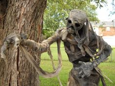 Love the dirty draped wrappings.  Halloween yard decor  #monstermaker.blogspot.com