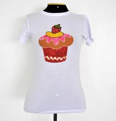 **** Camiseta branca, marca HERING, tamanho Médio, mangas curtas, decote redondo, com patch aplique de um cupcake de morango.   **** PRODUTO PRONTA ENTREGA**** Aceitamos encomendas em outros tamanhos, modelos e cores. Consultar valor do frete. R$50,00