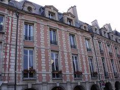 10 place des Vosges., -1) HOTEL DE CHÂTILLON: L'ancien hôtel de Châtillon (ou hôtel de MARIE DE LYONNE ou de GAGNY ou CHATAINVILLE). Les façades et toitures sont classées au titre des MH en juillet 1920, l'escalier de l'aile droite est inscrit en 1953, la galerie voûtée est classée en 1958.- Il se trouve sur le côté E de la place des Vosges, entre les hôtels de Fourcy et Lafont. L'hôtel date de 1605.