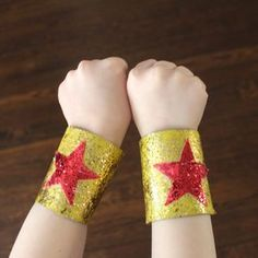 Com rolo de papel higiênico vc pode fazer esse acessório pra sua mulher maravilha! A great DIY idea for little super heroes: magic glitter bracelets made from cardboard toilet paper rolls.
