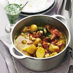 Neue Kartoffeln vertragen sich auch mit herzhaften Begleitern wie Kasselerrücken. Eine schöne Frische bekommt der Eintopf durch Schnittlauchkefir - einfach ein paar Löffel auf den Teller geben. Zum Rezept: Kartoffeleintopf mit Schnittlauch-Kefir