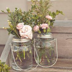 Se você costuma jogar no lixo os potes de vidro de geleia conservas e afins essa é a hora de repensar seus conceitos... Que tal usá-lo como vaso de plantas? Fica muito charmoso e ainda deixa o ambiente ainda mais lindo! <3 #santaajuda #organização #micaelagoes #GNT #dicas #potesdevidro #flores #reciclagem #reciclagemcriativa