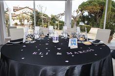 Manteleria negre amb decoració lavanda. www.eventosycompromiso.com