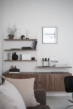 by a bookcase - via Coco Lapine Design -Divided by a bookcase - via Coco Lapine Design - String system H 75 cm Mounting - To suspend Additional mounting to unity / Black… String floor panel 115 x 30 cm kategorii STRING Furniture Dalbogatan 1 D Home Interior, Living Room Interior, Home Living Room, Living Room Decor, Living Spaces, Living Furniture, Living Room Chairs, Dark Green Living Room, String Regal