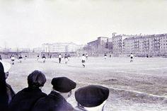 """Написано, что это """"стадион ХИРЭ"""", я так понимаю, это стадион ВИРТА, а скорее просто пустырь на месте ещё не построенного здания. Здание с башенкой сзади справа это перекрёсток Бакулина и проспекта Ленина скорее всего."""