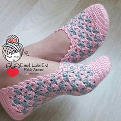 Pink and gray crochet slippers. Crochet Sandals, Crochet Boots, Crochet Gloves, Crochet Diy, Crochet Crafts, Diy Crafts, Crochet Projects, Crochet Slipper Pattern, Crochet Patterns