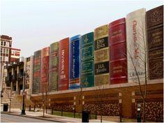 La increíble fachada de la Biblioteca Pública de Kansas