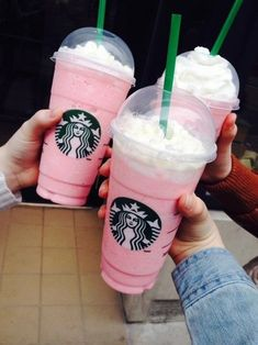 Getting that perfect Insta pic down at your local Starbucks is a tricky business, but it will sure be easier with these gorgeous girly Starbucks pink drinks! Milk Shakes, Pink Drinks, Summer Drinks, Kreative Desserts, Bebidas Do Starbucks, Starbucks Secret Menu Drinks, Pink Starbucks, Think Food, Frappe