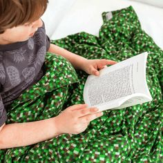 Our Minecraft fabric weighted blanket resembles a creeper from Minecraft. cotton flannel creeper pattern in a weighted blanket - Minecraft fans young and old will love this blanket! Hama Beads Minecraft, Creeper Minecraft, Minecraft Skins, Large Blankets, Ideal Body, Weighted Blanket, Grab Bags, How To Relieve Stress, Flannel