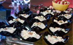 A salada Waldorf, que leva maçã, nozes, aipo e presunto, é servida em mini cumbucas