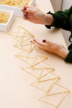 kuva Geometric Decor, Geometric Designs, Geometric Shapes, Diy Arts And Crafts, Diy Crafts, Solar Licht, Geometric Sculpture, Cardboard Crafts, Diy Wedding Decorations