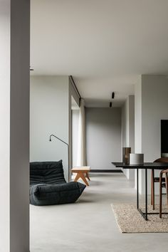 Project DD is a minimalist residence designed by Belgium-based architect Pieter . Project DD is a minimalist residence designed by Belgium-based architect Pieter Vanrenterghem. Interior Minimalista, Home Interior Design, Interior Architecture, Interior And Exterior, White House Interior, Color Interior, Black And White Interior, Building Architecture, Light Architecture